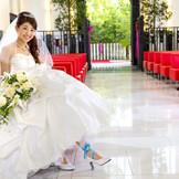 光溢れる空間にスカーレットのベンチシートが鮮やかなモダンチャペル。