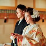 凛とした空気に包まれながら夫婦の契りを交わす…そんな憧れの神前式。由緒正しい多賀大社分詞の神殿での挙式は、雅楽の調べで格調高い厳かな挙式が叶う。