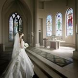 エル・カミーノ・リアル大聖堂で厳粛な結婚式を