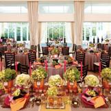 大きな窓から隣接するテラスの緑が望め、自然光たっぷり差し込む心地よい明るい会場。カーテンを開け放つと同時に、プール付ウッドデッキから開放的な景色&自然光とともにサプライズ入場も素敵な演出!