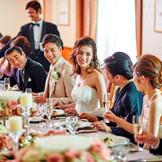 たくさんの祝福に囲まれる華やかな披露宴から、親しい方々との会話を楽しむアットホームな会食まで、お二人の想いを形に。