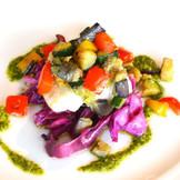 新鮮野菜をふんだんに使用した 色鮮やかな一皿。