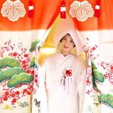 北陸地方に伝わる伝統儀式「花嫁のれん」 仏壇参りの際に花嫁のれんをくぐり、婚家に入る誓いを表す。