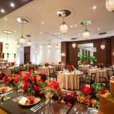 南国リゾートの上質空間で、会話と食事を楽しむ正統派ウエディング