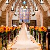 真っ白のバージンロードに映る、花嫁姿は神秘的なシーンに