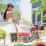 緑が彩るテラスもふたりの自由に使える。カクテルパーティやデザートブッフェなどゲストと触れ合う演出を取り入れて、アットホームに過ごせる