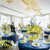 天井部をゴージャスなゴールドに仕上げ、ホワイトで統一された会場の壁面には、サファイアグラスをアクセントに用いています。  豪華さの中にも気品漂うラグジュアリーなパーティ会場です。