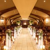 アンティーク調の厳粛なチャペル キャンドルの灯りで心温まる結婚式に!