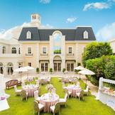 フランスのリゾート地をイメージした白亜の邸宅、フランス館。会場内には手すり付きの大階段があり、サプライズ登場や趣向を凝らした余興にも使用できます。シンデレラのようなプリンセスウエディング、アットホームなナチュラルウエディングも両方叶う会場。