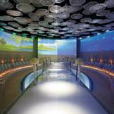 360度映像に包まれるチャペル「ラ・プリエール」 全長16メートルのバージンロードと祭壇を囲むようにゲスト席が配置され、どの席でもおふたりがよく見える。