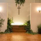 木のぬくもりとふたりの大切な思い出をかみしめながら、新たな誓いを交わせる、神聖な空間。