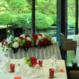 ホテル庭園からの日差と背景の緑が美しい「レストラン環樂」