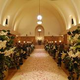 南フランスの教会をモデルとしたサント・アムール教会。温かみのある外内観はご親族様だけの「小さいウェディング」も「大人数の結婚式」もアットホームな人の心を和ませる独特の雰囲気が漂います。