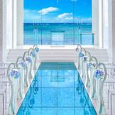 ガラスのバージンロードの先には海が広がり、まるで海の中で愛を誓っているようなロマンチックな空間です。