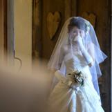 写真撮影だけだと思って、チャペルの扉を開けたら、たくさんのゲストが・・・。 さぁ!サプライズ結婚式の始まりです!!