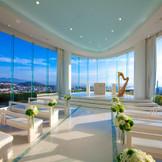 【チャペル】高台の上から空に突き出るように建つ、ガラス張り絶景チャペル