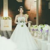 白を基調とした内装にブラウンのカラーリングがスタイリッシュなチャペル。式場内はアロマも香る