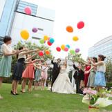 色鮮やかなバルーンリリースは、一生幸せでありますようにと願いを込めて、一斉に空へ放とう!