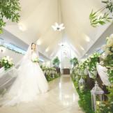 純白のウエディングドレスに身を包んだ新婦様がやわらかい光に包まれます。優しい白を基調としたチャペルはお二人をより美しく、印象的に際立たせます。