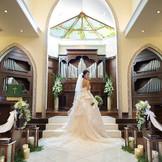 広々とした4,000坪の敷地に建つ、ヨーロッパの香り漂う白亜のチャペル。堂内には天窓からやさしい自然光を取り入れ、大理石のバージンロードを歩く純白の花嫁に美しい輝きを与えます。家族の絆がより深まってゆく、愛と感謝に満ちた感動の挙式が人気。