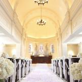 天井高8mのドーム型チャペル。自然光が差し込み、讃美歌が響き渡る荘厳な空間です。