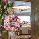 上品なピンク色の内装が華やかな「バンブー」。 入り口にお出迎えリースを飾っても素敵。