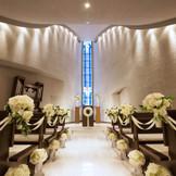 祭壇に近づくにつれて徐々に空間が広がる独特の設計