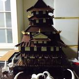 岡山城をモデルとした全て食べれるチョコレートケーキ!!会場にこのケーキが入ったに、大きな完成があがります!