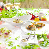 季節感を大切にしたお料理には、シェフ滝嶋がお二人に代わって、ゲストをおもてなししたいという想いが組み込まれています