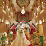 【エントランスホール】3階まで吹き抜けの挙式会場はエスタシオン・デ・神戸にしかない特別な空間
