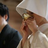 夫婦の契りを結ぶ盃を交わす三献の儀