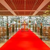 三面ガラス張りの明るい神殿。ゲストハウスで和のウエディングも可能