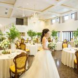 開放感あふれる披露宴会場は120名様可。 壁が白いのでお花やクロスのお色目によりがらっと雰囲気が変わります。 ナチュラル~ゴージャスまで幅広くフローリストがご提案します♪