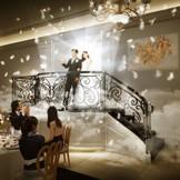 【THE GEORGIA】2017年2月おふたりを美しく魅せる階段が登場! 天使の羽が舞い、眩いほどの主役の輝きがゲストの視線を集めます。