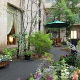 季節の草花に囲まれたプチホテル