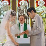 大切な人たちに見守られて祭壇に立つおふたりは、永遠の約束を交わし、かたく絆を結ぶ。
