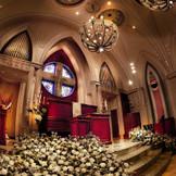 「カテドラル(大聖堂)」の名にふさわしい風格を備える大聖堂。幻想的な光を放つステンドグラスは、その光がバージンロードに映り込み、神聖な空気に。