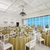 パーティ会場は天井が高く、白を基調とした開放的な空間。大きな窓からは自然光が降り注ぎ、会場をやわらかな雰囲気にしてくれる。