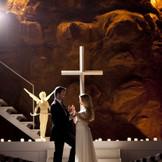 神秘的なチャペルで厳かな挙式を。光の演出・ライティングで白いドレスもきれいに浮かび上がります。ブライズオリジナル人前式も素敵です。