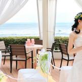 青い海と空に純白のウエディングドレスがよく映えます