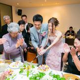 ウェディングケーキはテーブル対抗デコレーション対決!最優秀ケーキにはご褒美にお二人がご入刀♪ とっておきの瞬間をゲストと一体となって楽しめるイベントに!