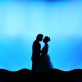 プロ仕様の照明演出があるから、誓いのキスもこんなにロマンチックに。