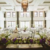 高級感溢れる大きなシャンデリアに白を基調とし、まるでお姫様なったかのような気分を堪能できるシュークリア。最大120名収容出来るゆったりとした披露宴会場