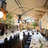 ゲストとの距離が心地よいデザインが素敵な披露宴会場 ここは、学校時代、給食を食べていた食堂