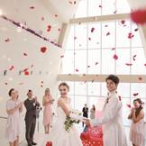 祝福の拍手とゲストの笑顔に包まれるフラワーシャワー