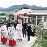 石清水八幡宮の挙式は、雅楽の生演奏が流れる中、多くの人に見守ってもらえる。