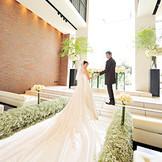 祭壇の窓から陽光がふんだんに降り注ぎ、光を反射させる大理石の真白なバージンロードが美しく輝く。純白のウエディングドレス姿がより美しく見えるチャペルで、永遠の誓いを交そう