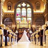 高い天井と長いバージンロードは、まさに花嫁の憧れ。虹色のステンドグラスから祝福の光を受けて。 イタリア・テルニ他3国のセント・ヴァレンタイン教会から祝福を授かった日本唯一の大聖堂。