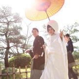 集合写真を撮る「茶畑」までの花嫁行列♪笛吹きの先導と番傘がお供します!