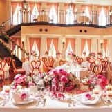 壁一面から陽の光が差し込むアットホームなパーティ ハートの椅子もお客様から好評